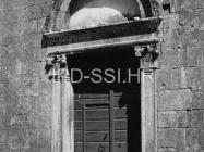 Renesansni portal crkve sv. Marije Magdalene u prvoj polovici 60-ih godina, Mutvoran. (bn. 6384) Iz arhive Arheološkog muzeja Istre