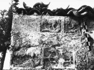 Romanička spolija na grobljanskoj crkvi u Mutvoranu 1968. godine, Mutvoran. (bn. 8679) Iz arhive Arheološkog muzeja Istre