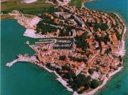 Zračni snimak Novigrada 90-ih godina. Novigrad (fn. 36638.) Iz arhive Arheološkog muzeja Istre