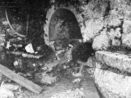Rimski zdjenac u Plominu 1953. godine, Plomin. (fn. 2317) Iz arhive Arheološkog muzeja Istre