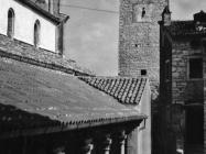 Pogled na ložu, zapadnu stranu crkve sv. Martina i zvonik početkom 80-ih godina, Sveti Lovreč. (fn. 19063) Iz arhive Arheološkog muzeja Istre