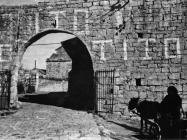 Gradska vrata s grafitima krajem 40-ih godina, Sveti Lovreč. (fn. 895) Iz arhive Arheološkog muzeja Istre
