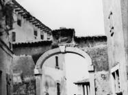 Gradska vrata u Višnjanu 1978. godine, Višnjan. (fn. 16191) Iz arhive Arheološkog muzeja Istre