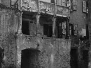 Kuća s balkonom u prvoj polovici 20. stoljeća, Vodnjan. (fp. 505) Iz arhive Arheološkog muzeja Istre