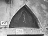 Slika Majke Božje u luneti iznad ulaza u kućnu kapelu u prvoj polovici 20. stoljeća, Vodnjan. (fp. 499 b) Iz arhive Arheološkog muzeja Istre
