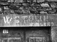 Nadvratna greda s uklesanim natpisom i poratnim grafitom snimljena početkom 60-ih godina, Završje. (fn. 6026.) Iz arhive Arheološkog muzeja Istre