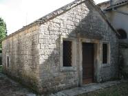 Kapelica Svetog Trojstva uz crkvu Svetog Mihovila arkanđela, Žminj. Autor: Aldo Šuran (2007.)