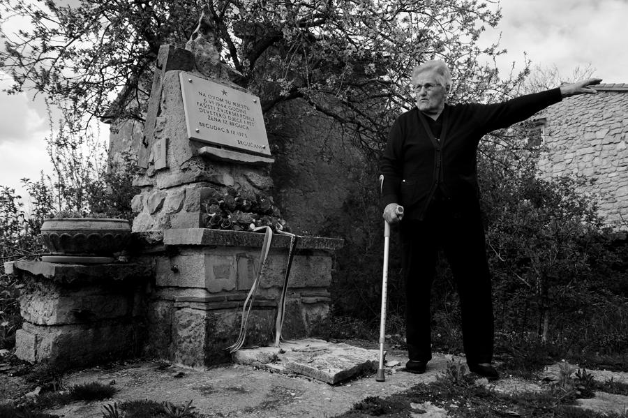nada brajković ispred spomenika